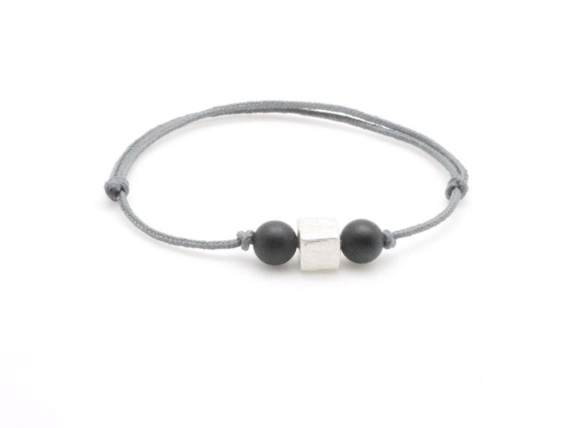 bracelet ado gar on cordon avec perle. Black Bedroom Furniture Sets. Home Design Ideas