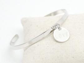 Bracelet jonc en argent avec médaille gravée Love