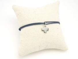 Bracelet croix en argent sur cordon